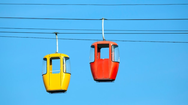 ケーブルウェイの2台の車 Premium写真