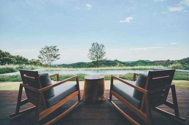 깊고 푸른 산과 맑고 푸른 하늘에서 휴식을 취할 수있는 2 개의 의자 프리미엄 사진