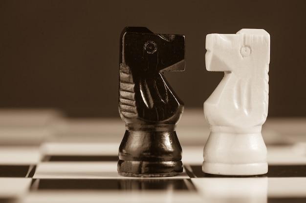 Два шахматных рыцаря, обращенные друг к другу Premium Фотографии