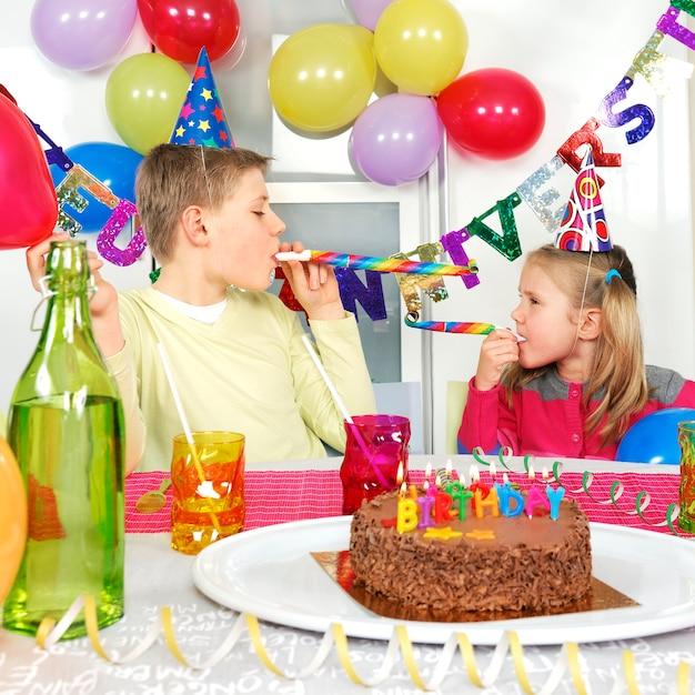 Due bambini alla festa di compleanno Foto Gratuite
