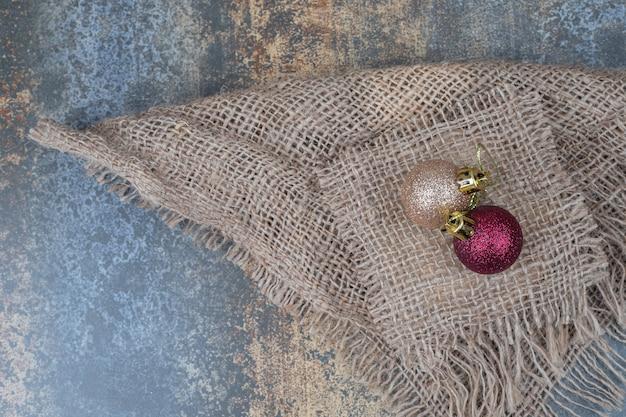 Due palline scintillanti di natale su tela. foto di alta qualità Foto Gratuite