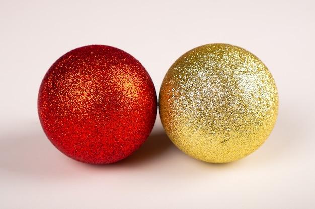 두 크리스마스 반짝 공 노란색과 빨간색. 프리미엄 사진
