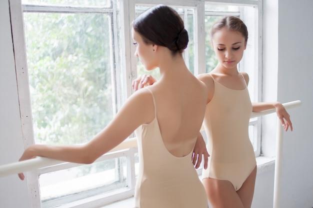 バレでポーズ2つの古典的なバレエダンサー 無料写真