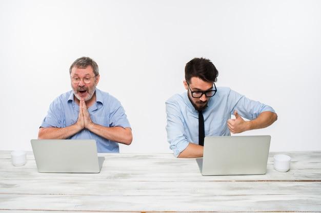 白のオフィスで一緒に働いている2人の同僚 無料写真