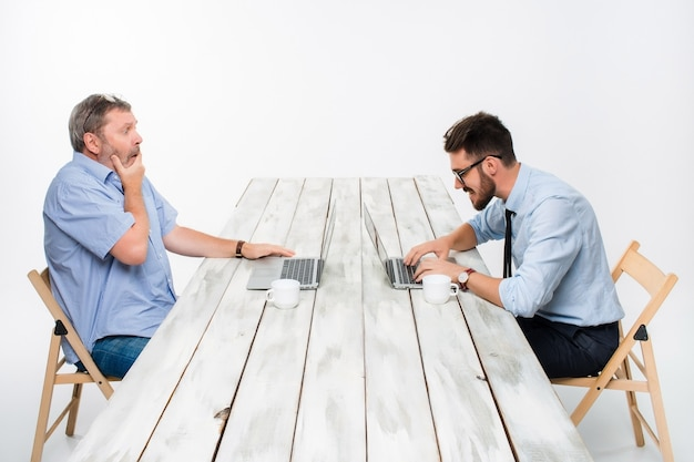 I due colleghi lavorano insieme in ufficio Foto Gratuite