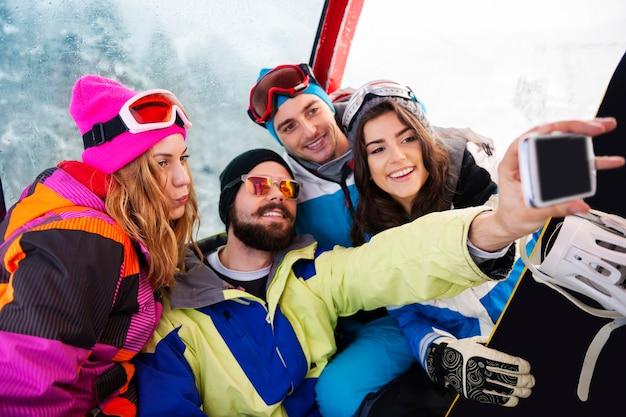楽しんでスノーボードをしている2組のカップル 無料写真
