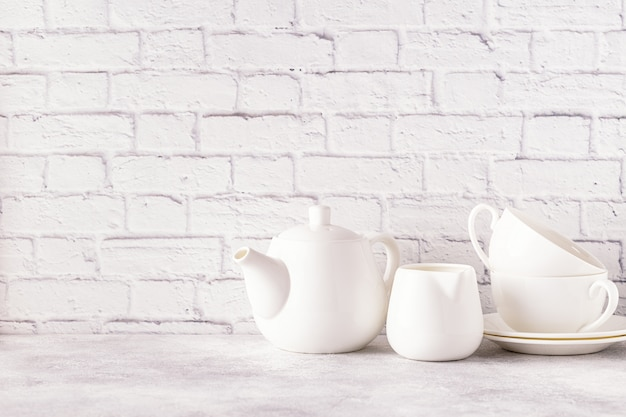 朝のお茶のための2つのカップとティーポット Premium写真