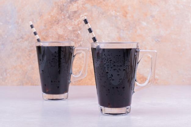 灰色の表面に2杯の赤ワイン 無料写真