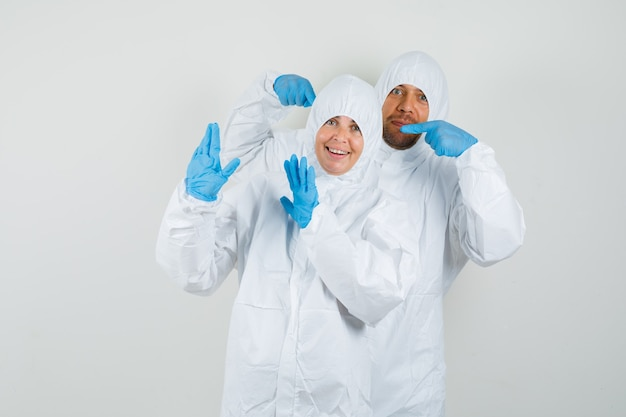 Due medici si accusano l'un l'altro in tute protettive Foto Gratuite