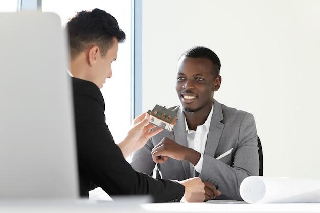 Два руководителя строительной компании обсуждают проект нового жилья. Бесплатные Фотографии