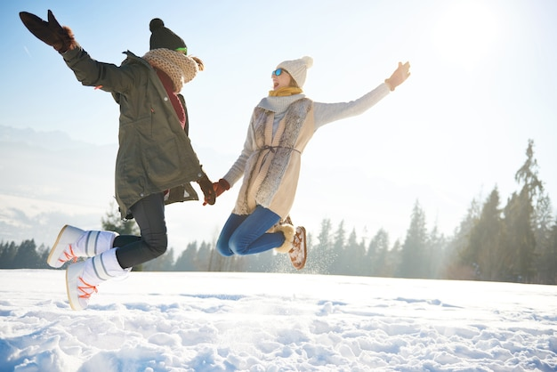 2人の女性の友人がとても高くジャンプします 無料写真