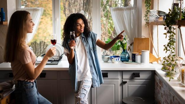 Due amiche insieme in cucina Foto Gratuite