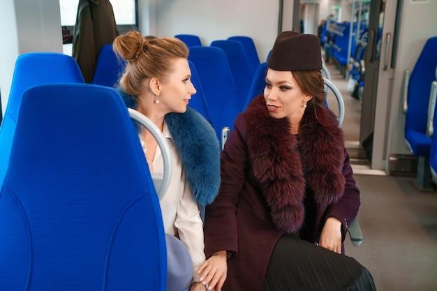 Due amiche sul treno Foto Gratuite