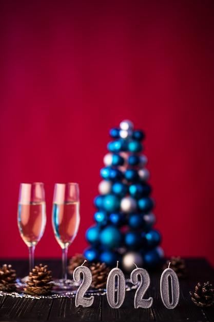 Две фужеры шампанского с украшением нового 2020 года. концепция празднования нового года. Бесплатные Фотографии