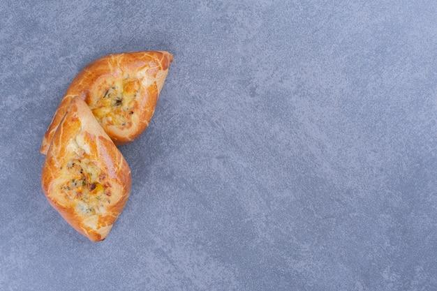 灰色の表面に2つの新鮮なおいしいペストリー 無料写真