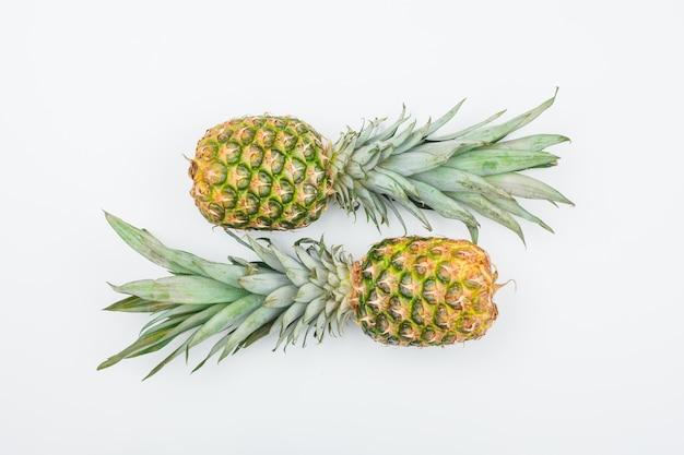 Два свежих ананаса вид сверху на белом Бесплатные Фотографии