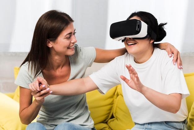仮想現実のヘッドセットを使用して自宅で2人の友人 無料写真