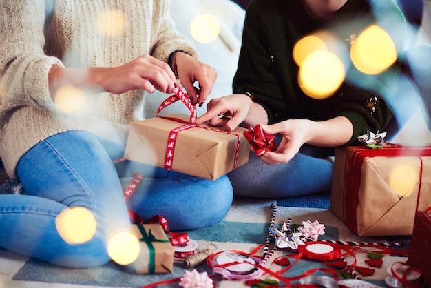 Двое друзей готовят рождественские подарки к рождеству Бесплатные Фотографии