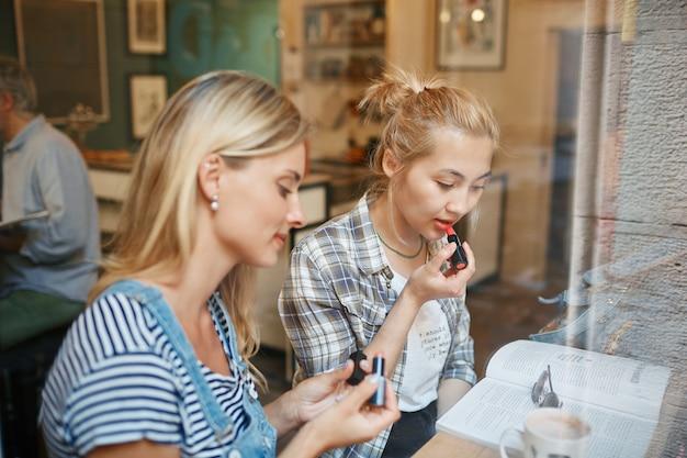 Due amici seduti all'interno del caffè Foto Gratuite