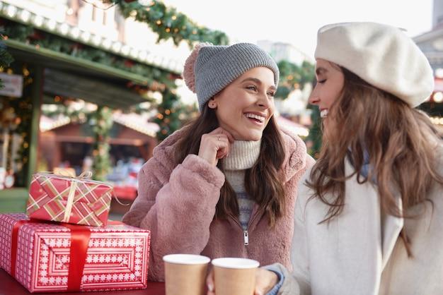 クリスマスマーケットで時間を過ごす2人の友人 無料写真