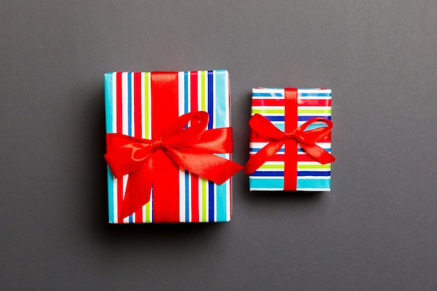 灰色の壁に2つの贈り物 Premium写真