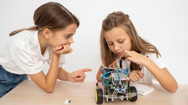 Due ragazze che fanno esperimenti scientifici insieme Foto Gratuite