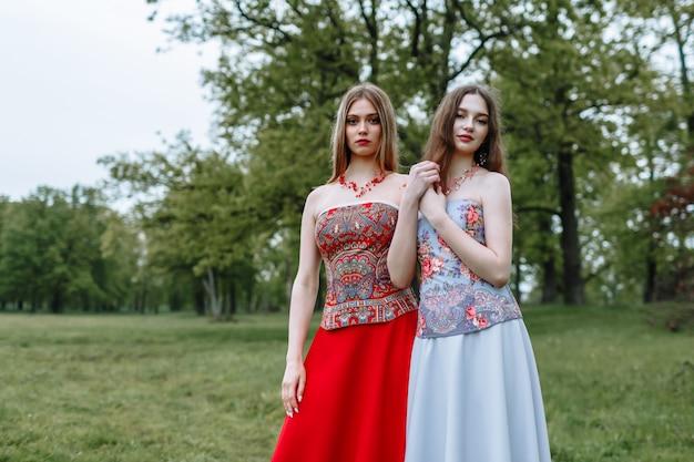 фото девушек на работе в платьях