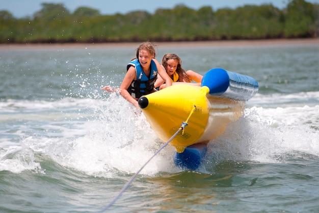 Две девушки на корабле в manda bay resort кения африка Premium Фотографии