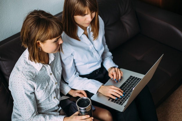 Близнецы девушки в работе приставание к девушкам на работе как