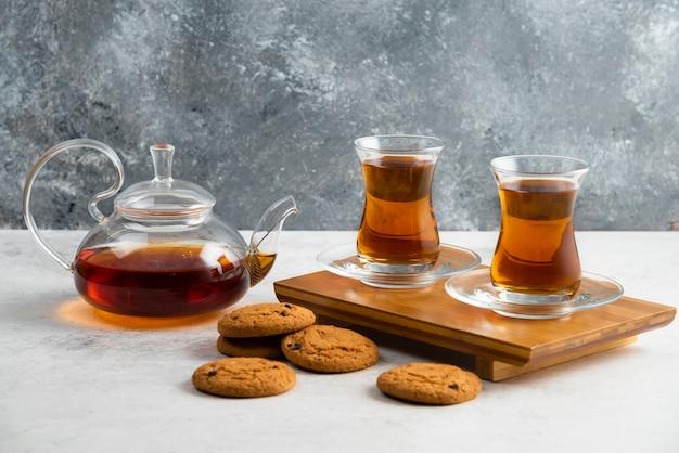 Due tazze di tè in vetro con deliziosi biscotti. Foto Gratuite