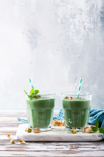 Two glasses of healthy green smoothie Premium Photo