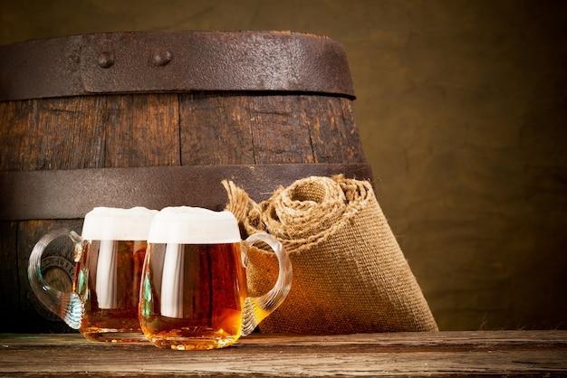 木製のテーブルにビール2杯 Premium写真