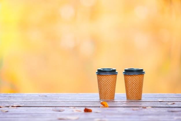 Два стакана кофе на вынос ehot на деревянном пирсе у озера в осенний день Premium Фотографии