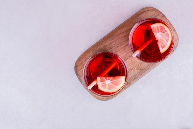 レモンスライスとグリントワインの2杯。 無料写真