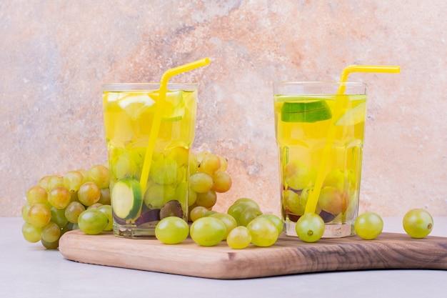 木の板に青ブドウジュース2杯 無料写真
