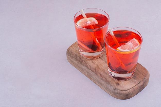 木の板に赤いジュースを2杯 無料写真