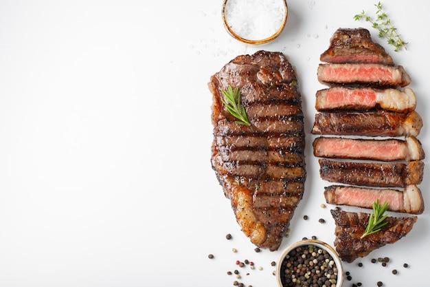 2枚のマーブルビーフステーキのストリップステーキ。 Premium写真