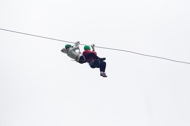 Due escursionista sulla zip line avventura contro il cielo in costa rica Foto Gratuite