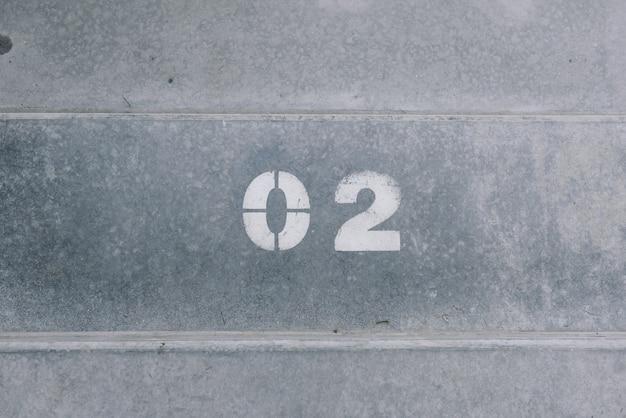 2つは白いペンキでコンクリートに書かれています Premium写真