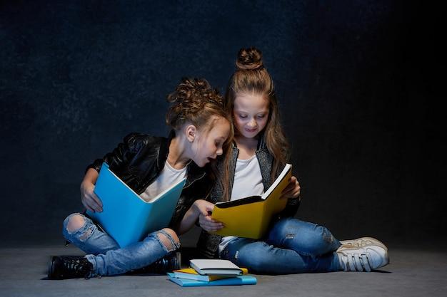 2人の子供が本を読んで 無料写真