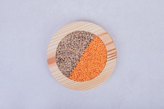木の板に生豆とレンズ豆の2種類。 無料写真