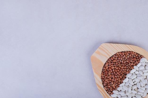 木の板に生豆とエンドウ豆の2種類。 無料写真