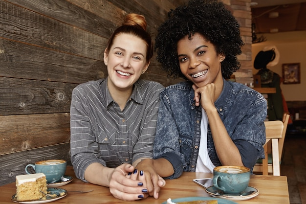 コーヒーショップで一緒に素敵な時間を持っているさまざまな人種の2つのレズビアン 無料写真