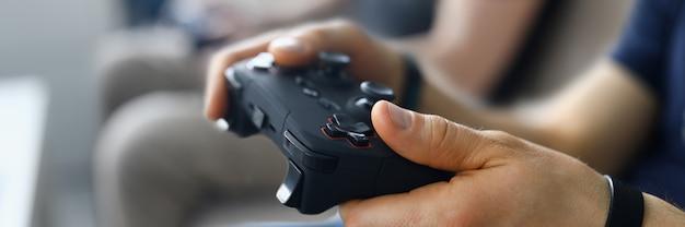 2人の男性の友人が自宅でビデオゲームをプレイします。 Premium写真