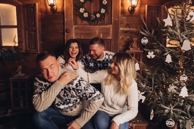 Две семейные пары дружат Premium Фотографии