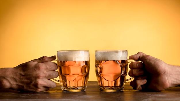 2人の男性がビールを飲みながら応援 Premium写真