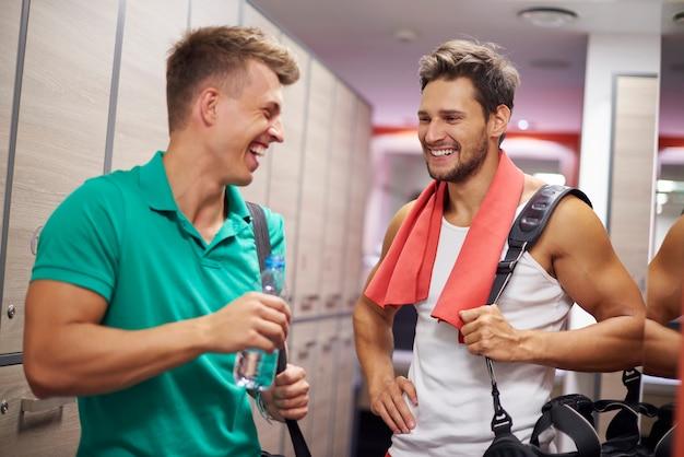 Due uomini che hanno conversazione in spogliatoio Foto Gratuite