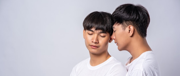 Due uomini innamorati che indossavano magliette bianche si guardarono in faccia. Foto Gratuite