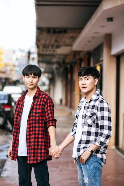 Due uomini che si amano stanno mano nella mano. Foto Gratuite