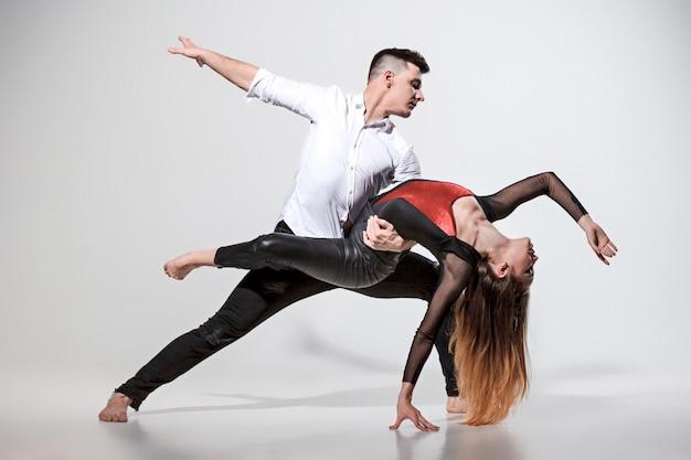 Два человека танцуют Бесплатные Фотографии